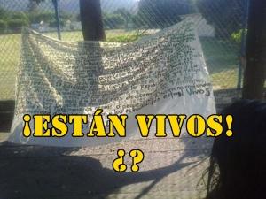 ¡Están vivos! Alertan en una manta #Ayotzinapa.