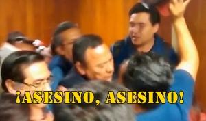 Corren a Jesús Zambrano de la UNAM al grito de ¡Asesino, asesino!