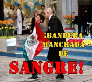 Espontaneo irrumpe en el Nobel de la Paz con una bandera mexicana manchada de sangre. #YaMeCansé2.