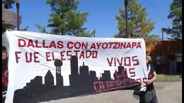 Mexicanos se manifiestan en ceremonia oficial del Grito en Dallas, Tx. Consulado minimiza la protesta. #NadaQueCelebrar. #Ayotzinapa.
