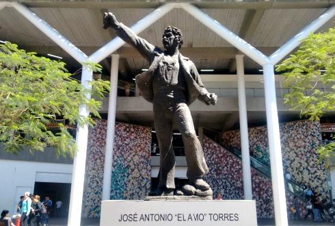 """La inseguridad llega a la estatua de """"El Amo Torres"""" ...le roban su espada"""