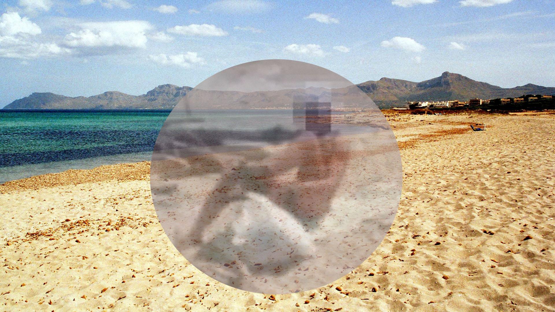 Se masturba delante de una chica en la playa. Ella le graba y le repudia. Él sale huyendo (video)