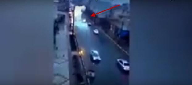 Un rayo impacta a un coche en movimiento