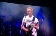 En concierto Sting se pone una playera de los 43 de Ayotzinapa y les dedica una canción