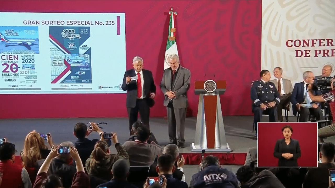 López sigue terco con la rifa del avión presidencial. Hoy compró el primer cachito
