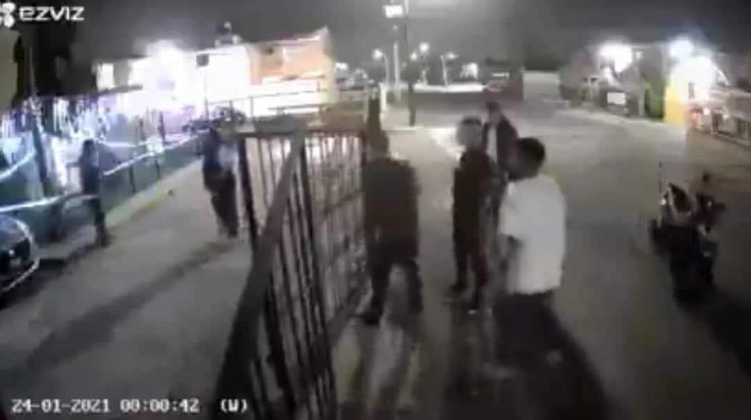 Trataron de amedrentarlos con un arma y se llevaron una golpiza